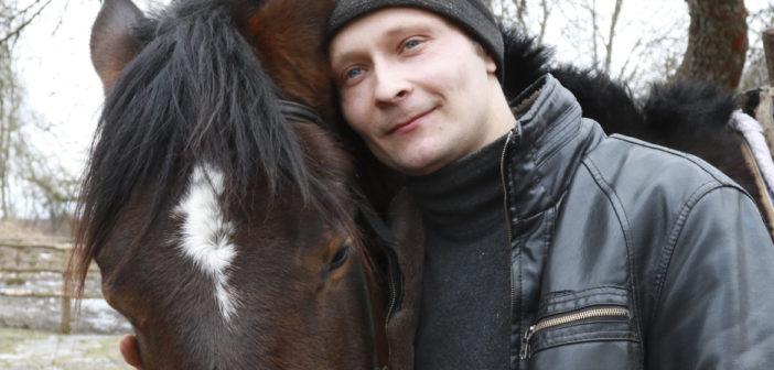 Парень из деревни Романы обучает лошадей для верховой езды