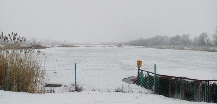 Какой толщины лед на озере Юбилейном в Кореличах?