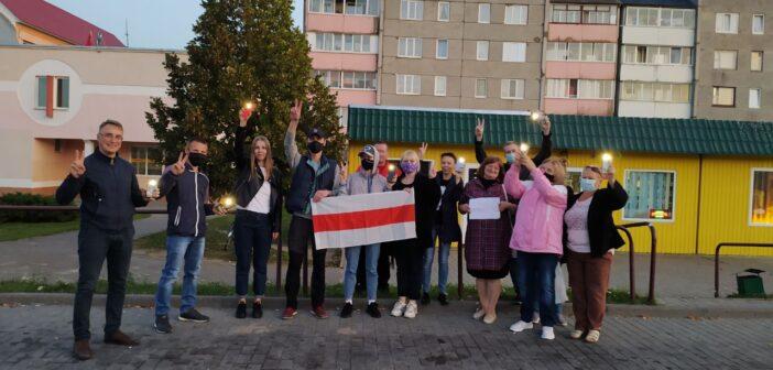 Сутки и штрафы. 11 жителей Кореличей осудили за фотографию с БЧБ-флагом
